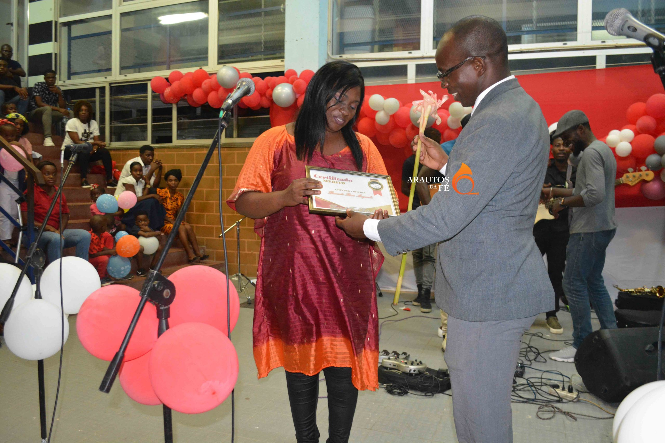 Momento em que a cantora Nádia Mayembe viu o seu trabalho ser reconhecido.