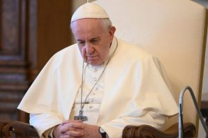 """Papa reza pelas mães grávidas e alerta para o risco da fé """"virtual"""""""