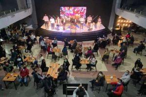 Pastor evangélico transforma a igreja em bar em protesto contra as medidas de restrição do covid