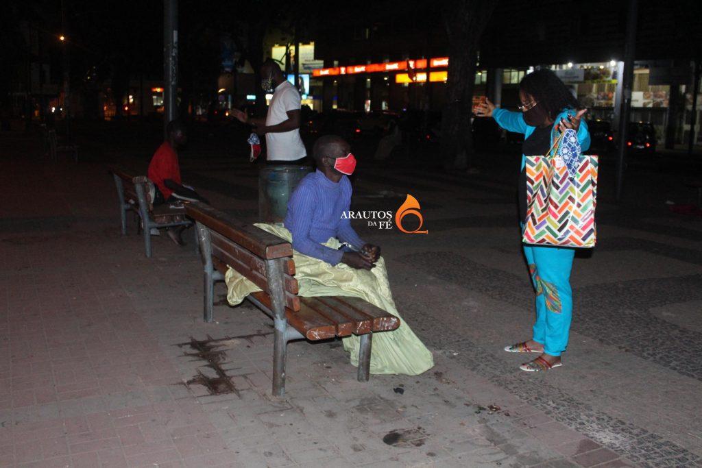Cantora gospel Joly Makanda, solidária com moradores de rua