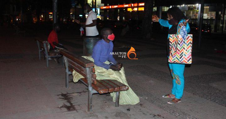 Joly Makanda leva comida e máscaras à moradores de rua